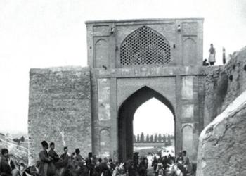 نگاره1-عزیمت به شیراز در جوار حضرات عالیات، مریدی وامانده پس دروازه قرآن بالای رودخانه. در انتظار میرزا حسن خان حسینی فسایی.