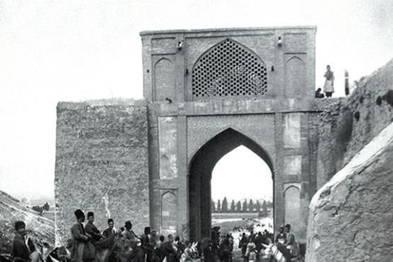 تفسیری رمانتیک و انتقادی از داستانِ گذارِ شیرازِ سنتی به معاصر